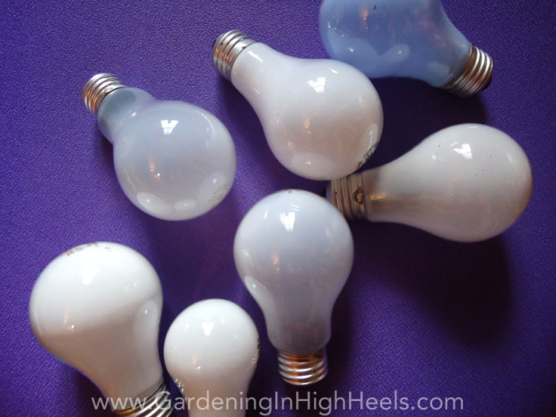 Super easy Easter craft making bunnies from old light bulbs! #upcycle #reuse #easter